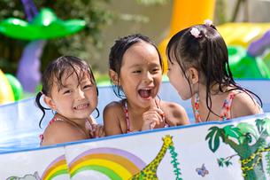 水遊びをする子どもの写真素材 [FYI01566448]