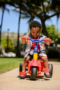 公園で三輪車に乗る子どもの写真素材 [FYI01566460]
