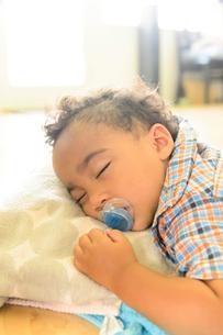 子どもの寝顔の写真素材 [FYI01566481]