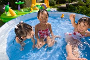 水遊びをする子どもの写真素材 [FYI01566482]