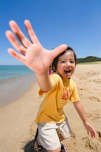 砂浜を走る子どもの写真素材 [FYI01566499]