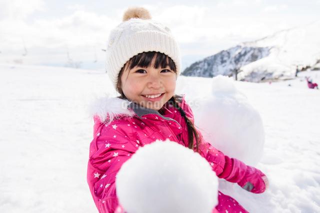 雪玉を持つ子供の写真素材 [FYI01566797]