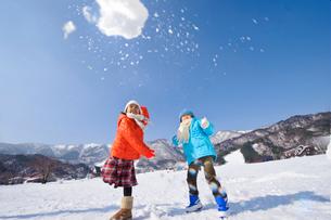 雪合戦をする子どもの写真素材 [FYI01566881]