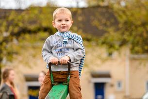 公園のシーソーで遊ぶ男の子の写真素材 [FYI01566916]