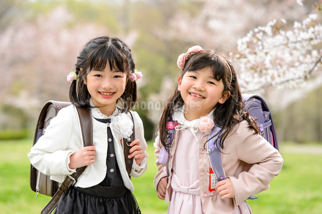 ランドセルを背負った女の子の写真素材 [FYI01566939]