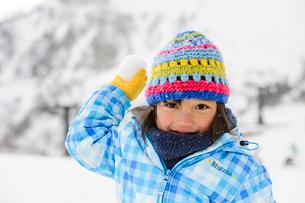 雪玉を投げる子供の写真素材 [FYI01567017]