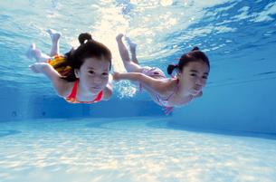 泳ぐ子供の写真素材 [FYI01567019]