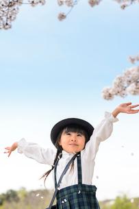 両手を広げて立つ女の子の写真素材 [FYI01567042]