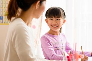子供部屋でお母さんと向き合う女の子の写真素材 [FYI01567046]