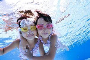 泳ぐ子供の写真素材 [FYI01567073]