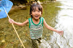 川で網を持つ子どもの写真素材 [FYI01567076]