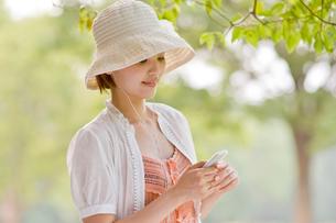 イヤホンをした若い女性の写真素材 [FYI01567098]