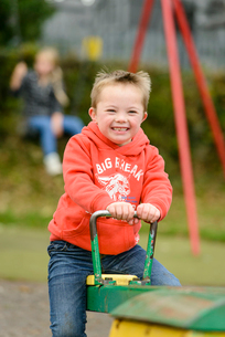 公園のシーソーで遊ぶ男の子の写真素材 [FYI01567120]