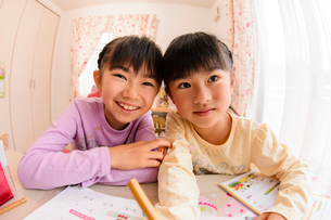 子供部屋で勉強する女の子の写真素材 [FYI01567186]