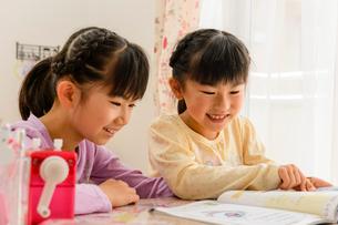 子供部屋で勉強する女の子の写真素材 [FYI01567203]