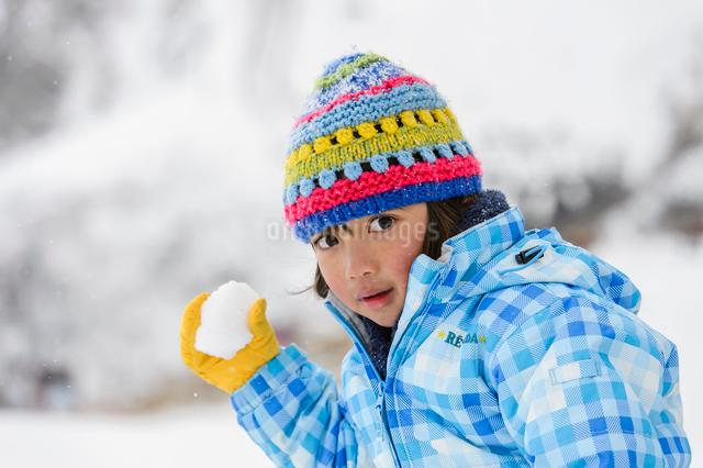 雪玉を投げる子供の写真素材 [FYI01567222]