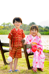 甚平を着た男の子と浴衣を着た女の子の写真素材 [FYI01567223]