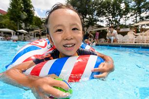 プールで浮き輪で遊ぶ男の子の写真素材 [FYI01567244]