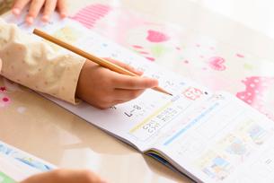 子供部屋で勉強する女の子の写真素材 [FYI01567246]