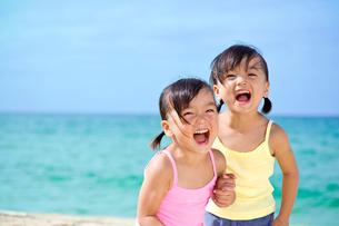 海岸で遊ぶ女の子の写真素材 [FYI01567254]