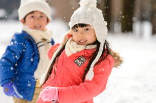 雪玉を投げる子供の写真素材 [FYI01567294]