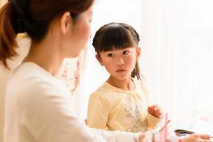 子供部屋でお母さんと向き合う女の子の写真素材 [FYI01567340]