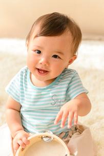 お座りする赤ちゃんの写真素材 [FYI01567492]