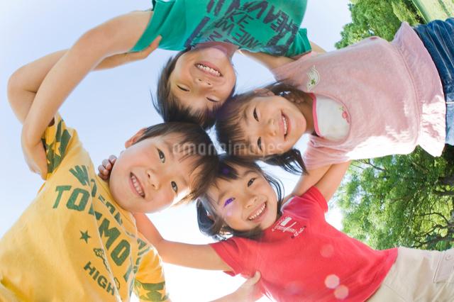 肩を組む男の子と女の子の写真素材 [FYI01567565]