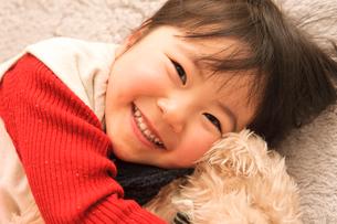 絨毯に寝転ぶ子どもの写真素材 [FYI01567590]