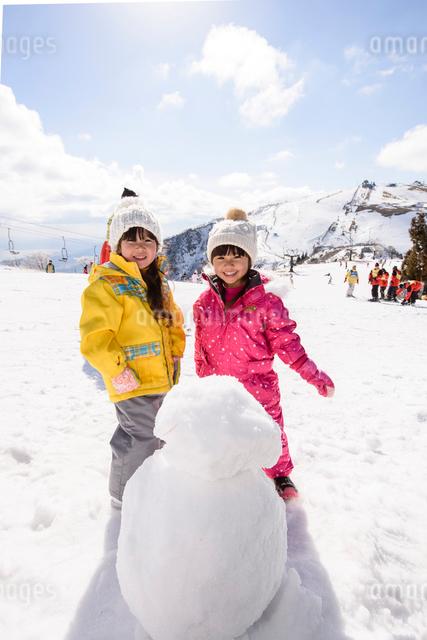 雪遊びをする子供の写真素材 [FYI01567595]