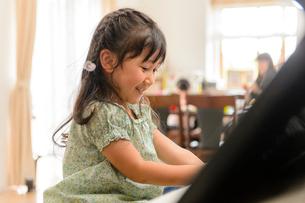 ピアノを弾く女の子の写真素材 [FYI01567600]