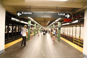 地下鉄 風景 エクスプレスとローカルの写真素材 [FYI01567608]