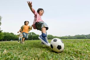 サッカーをする子どもたちの写真素材 [FYI01567610]