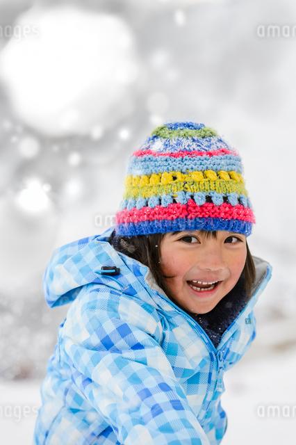 雪玉を投げる子供の写真素材 [FYI01567686]