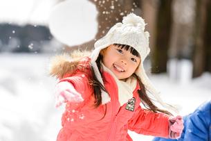 雪玉を投げる子供の写真素材 [FYI01567730]