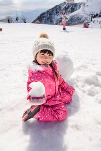 雪遊びをする子供の写真素材 [FYI01567733]
