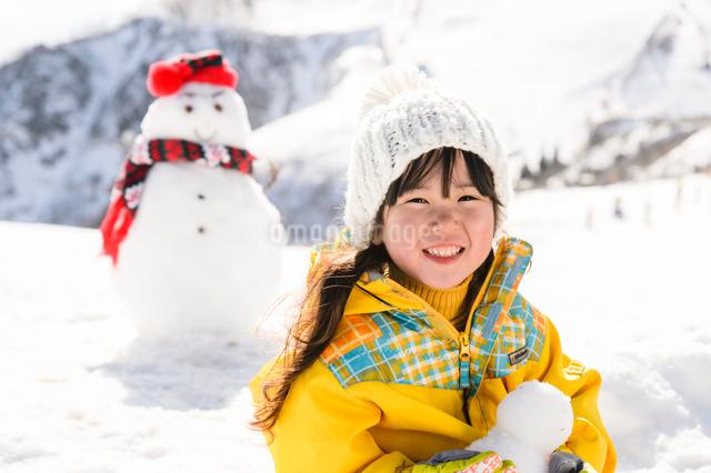 雪だるまと子供の写真素材 [FYI01567736]