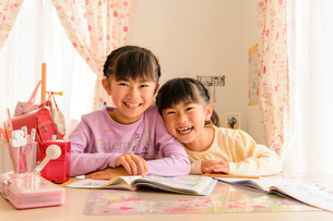 子供部屋で勉強する女の子の写真素材 [FYI01567740]