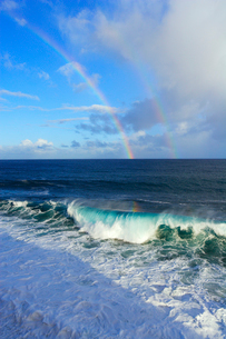 海岸に寄せる波と青空と雲とダブルレインボーの写真素材 [FYI01567753]