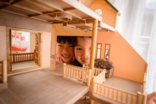 ドールハウスから覗く女の子の写真素材 [FYI01567762]