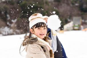 雪合戦をする子どもの写真素材 [FYI01567773]