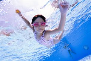 泳ぐ子供の写真素材 [FYI01567774]
