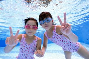 泳ぐ子供の写真素材 [FYI01567814]