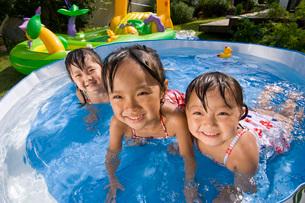 水遊びをする子どもの写真素材 [FYI01567815]