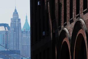 ブルックリンのロフト越しに見るマンハッタンの写真素材 [FYI01567864]