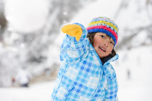 雪玉を投げる子供の写真素材 [FYI01567880]