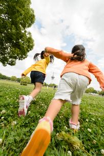 公園で駆け出す子どもの写真素材 [FYI01567915]