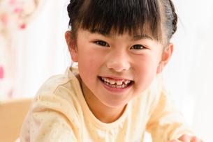 子供部屋で勉強する女の子の写真素材 [FYI01567948]