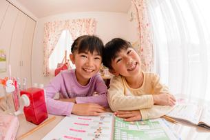 子供部屋で勉強する女の子の写真素材 [FYI01567949]