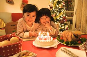 クリスマスケーキと子どもの写真素材 [FYI01568015]